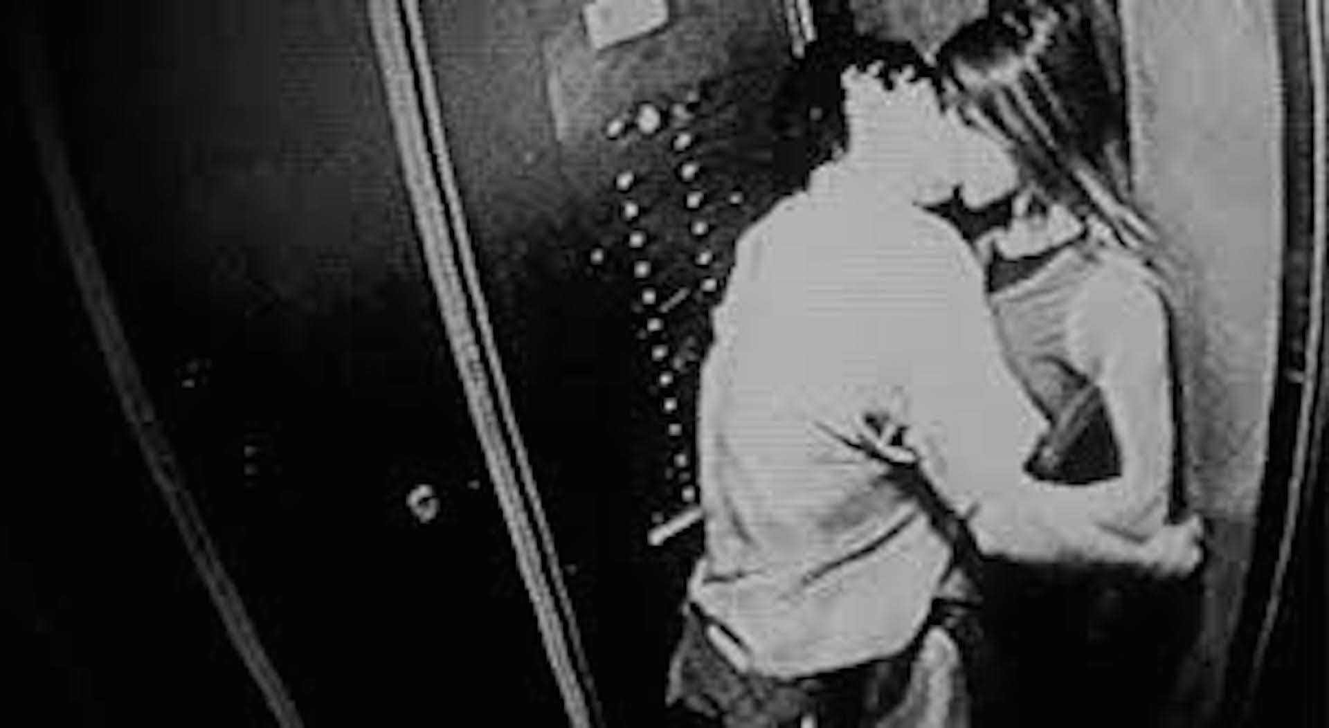 Смотреть секс в лифте с незнакомцем 18 фотография